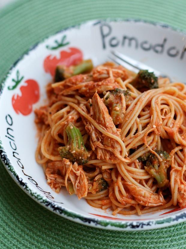 Crock Pot Chicken Spaghetti  Creamy Crock Pot Chicken Spaghetti with Broccoli