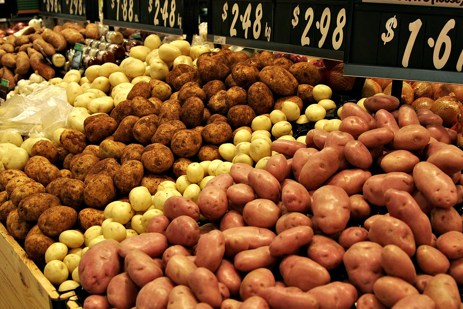 Types Of Potato  File Various types of potatoes for sale Wikimedia