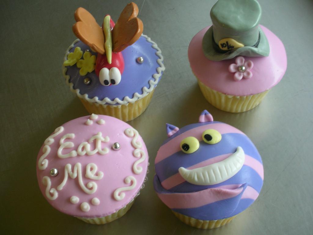 Alice In Wonderland Cupcakes  Alice in Wonderland cupcakes by Look Cupcake