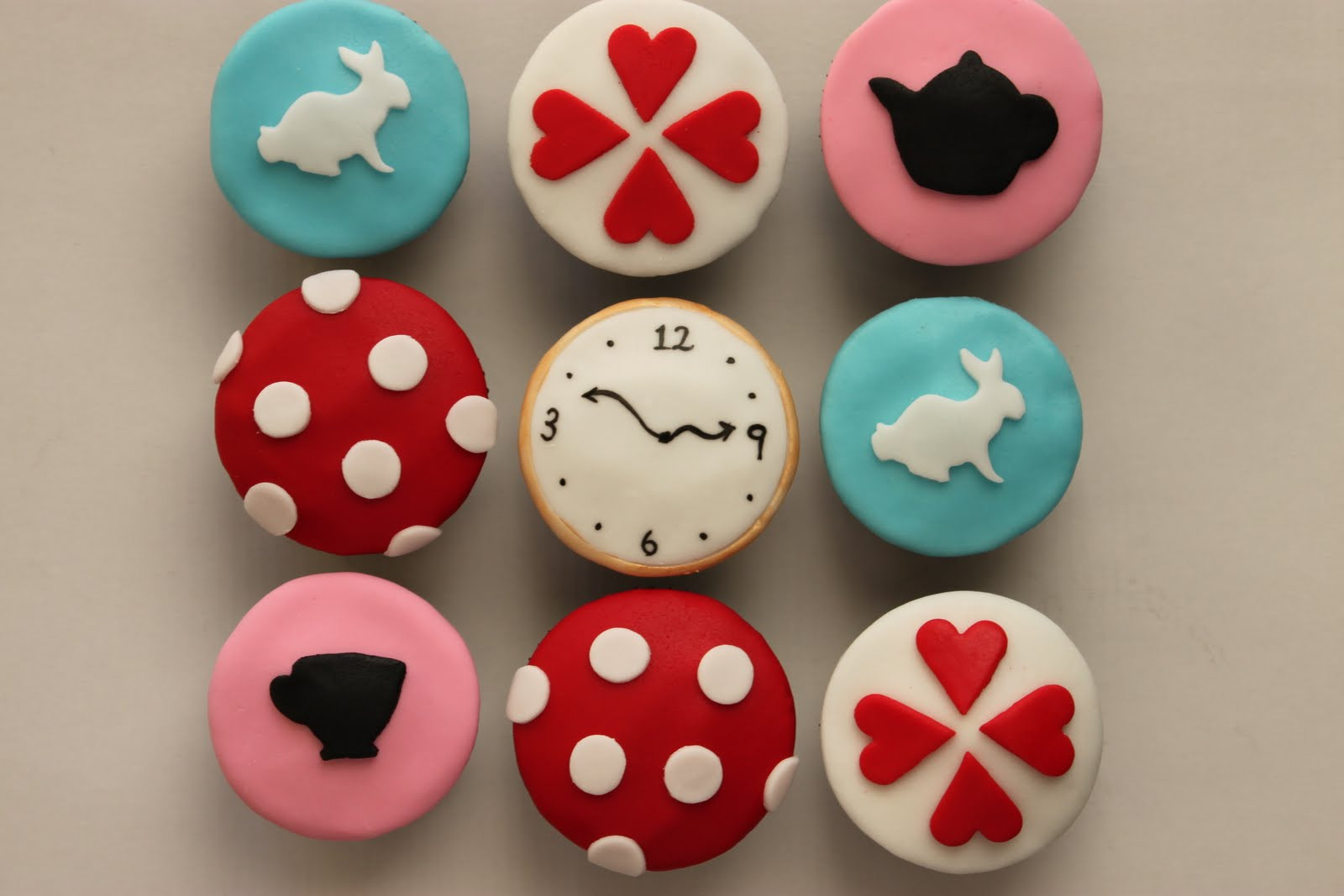 Alice In Wonderland Cupcakes  Diary of a Ladybird Alice in Wonderland Cupcakes