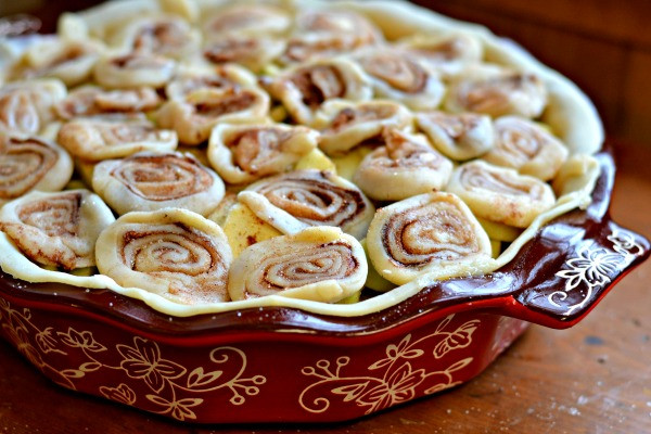 Cinnamon Roll Apple Pie Recipe  apple pie recipe with cinnamon roll crust