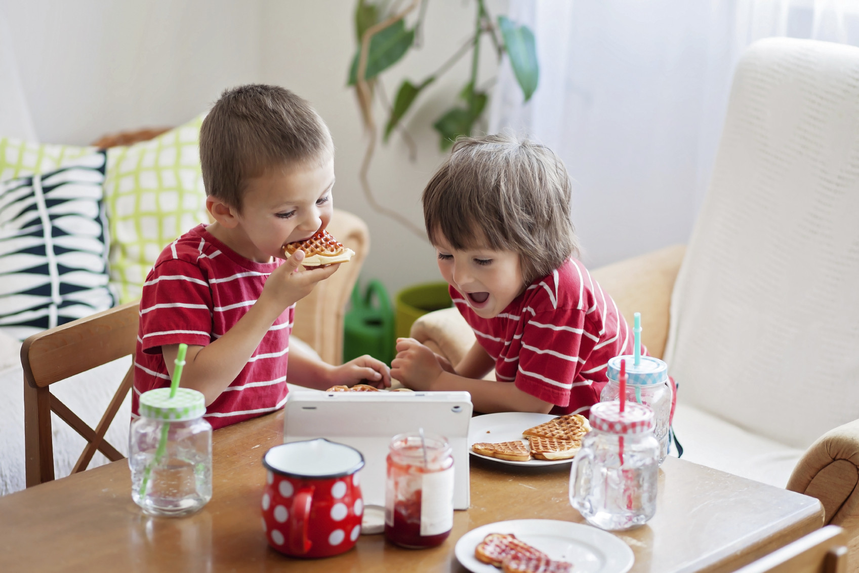 Kids Eating Breakfast  Why Do Students Need To Eat Breakfast Before School