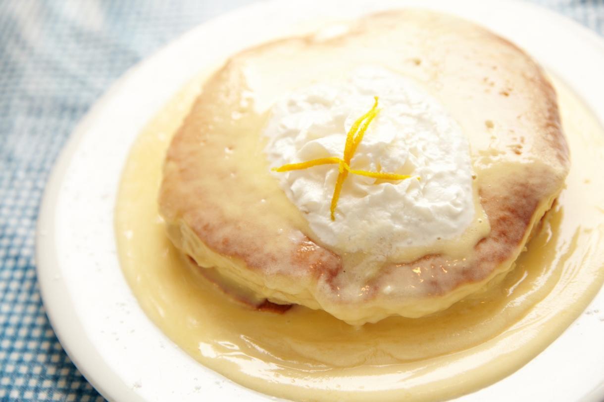 Mokes Bread And Breakfast  ソースがたっぷり♪「モケズ」のリリコイパンケーキ