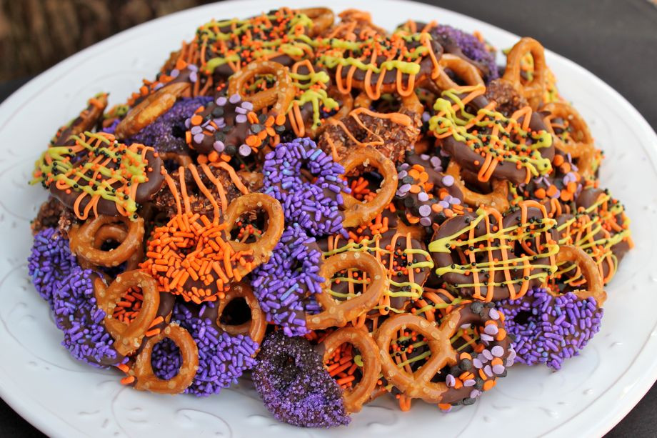Chocolate Dipped Pretzels For Halloween  Chocolate Dipped Halloween Bite Size Pretzels