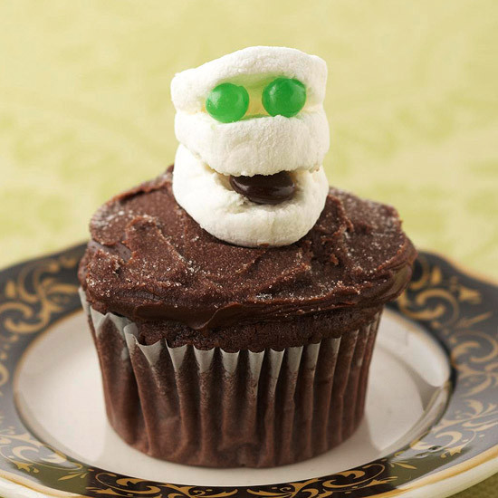 Halloween Cupcakes For Kids  DIY Food Decorating Halloween Cupcakes with Your Kids