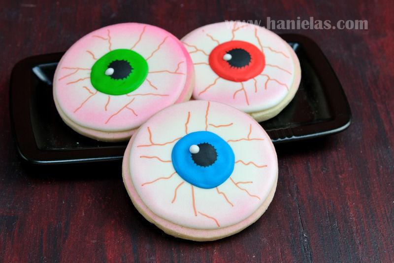 Halloween Eyeball Cookies  Haniela s Scary Eyeball Cookies for Halloween